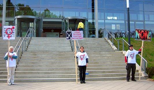 «STOP Genitalverstümmelung im Kinderspital!» Zwischengeschlecht.org vor dem UKSH Audimax, Lückeck 20.5.11